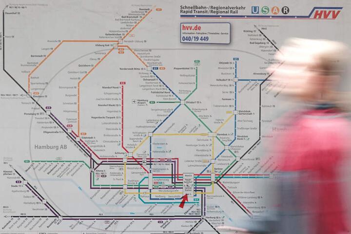 Ein Mann geht am HVV-Netzplan vorbei. (Archivbild)