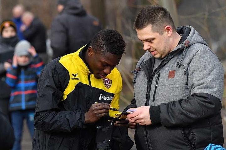 Die Fans sind gespannt auf den Neuen: Moussa Koné gab gleich Autogramme.