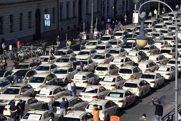 Taxis stehen während einer Kundgebung auf der Ludwigstraße in München. (Archivbild)