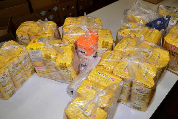 Auch jede Menge Mehl bringen die Weihnachtstrucker nach Rumänien.