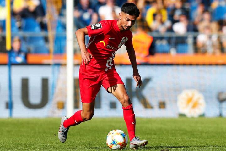 Osman Atilgan im Trikot des FC Hansa Rostock am Ball. Eine Zukunft hat der 20-Jährige an der Küste aber nicht.