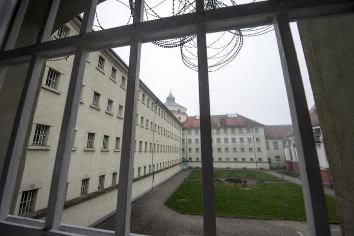 In einer Zelle in der Justizvollzugsanstalt (JVA) in Straubing hat es gebrannt, ein Häftling wurde schwer verletzt. (Archivbild)