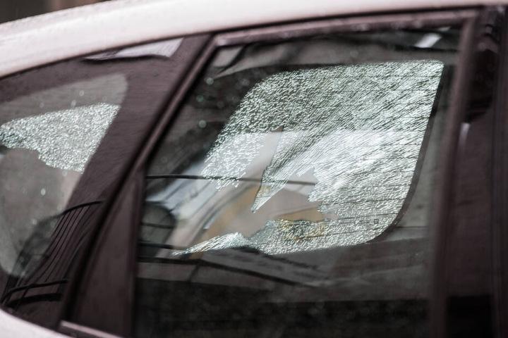 Ein Schuss durchschlug die Windschutzscheibe eines parkenden Autos.