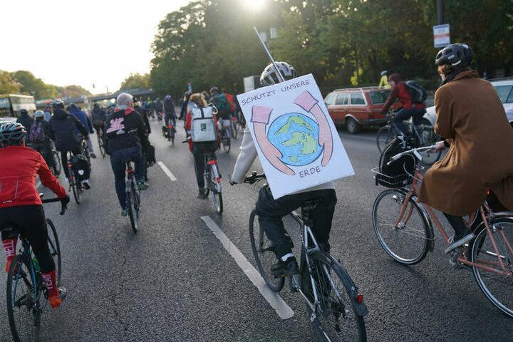 Teilnehmer der Fahrrad-Demonstration blockieren am Morgen den Ernst-Reuter-Platz.