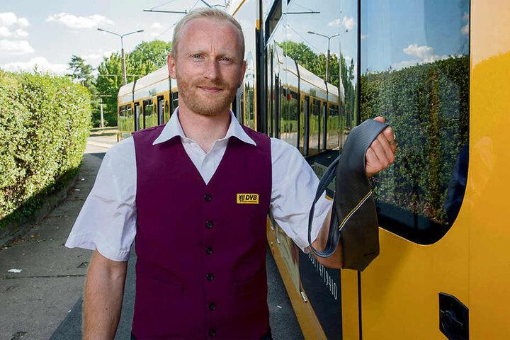 Sommermodische Entgleisungen sind bei den DVB nicht erwünscht: Straßenbahnfahrer Paul Meißner (32) darf die Krawatte ablegen und den obersten Hemdknopf öffnen.