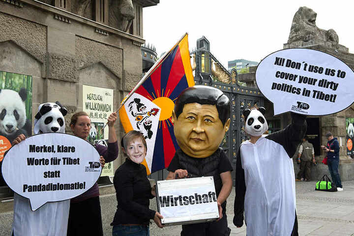 """Mitglieder und Anhänger der Tibet Initiative Deutschland vor dem Zoo Berlin. Die Demonstranten fordern von Merkel """"Klare Worte für Menschenrechte in Tibet statt Pandadiplomatie""""."""