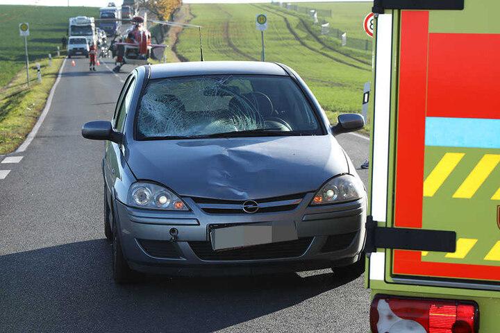 Die Scheibe vom Opel Corsa splitterte.