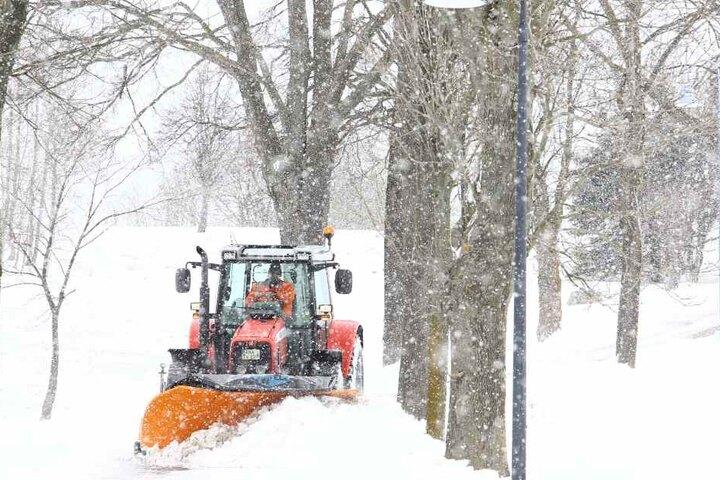 Der Winterdienst ist im Einsatz, um die teils verwehten Straßen für den Verkehr zu räumen.