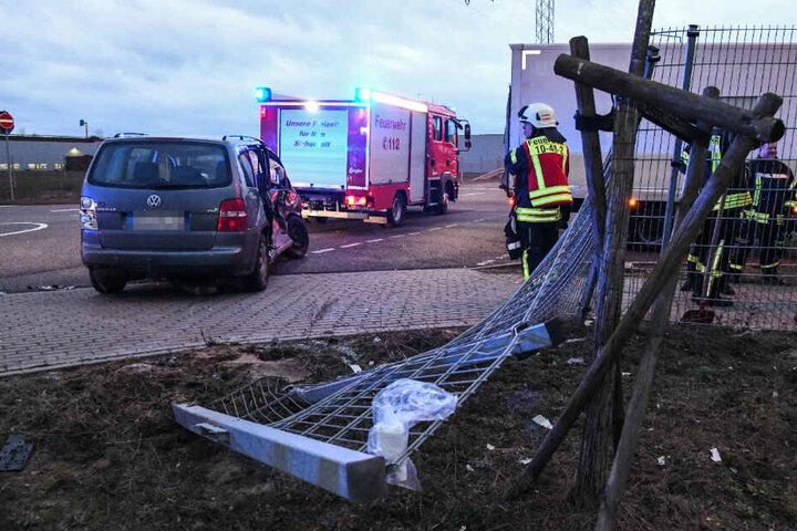 Feuerwehrleute betrachten die Unfallstelle.