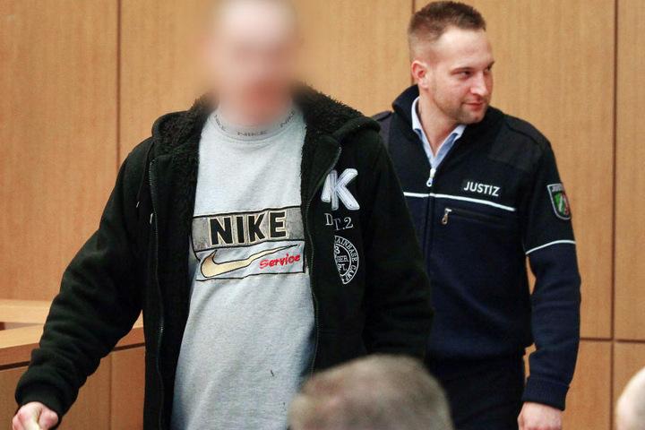 Der Vater der Tochter (links) bei einem vorherigen Prozesstag.