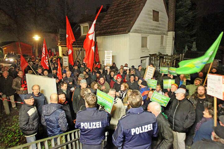 Vor dem HudL demonstrierten etwa 150 weitere Menschen friedlich.