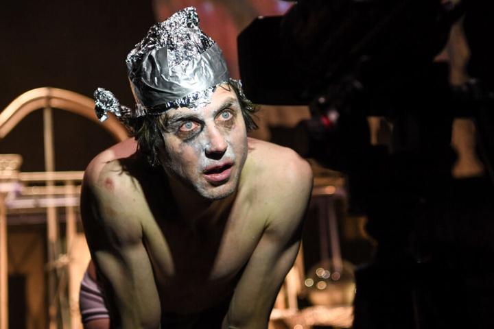 """Der Schauspieler Lars Eidinger (als Peer Gynt) steht bei der Fotoprobe zu dem Stück """"Peer Gynt"""" in der Schaubühne auf der Bühne."""