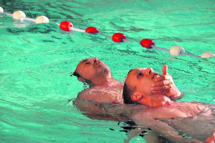 Im Stadtbad Chemnitz lassen sich die angehenden Rettungsschwimmer Jens Sarnes (52, hinten) und Rick Borchardt (28) ausbilden.