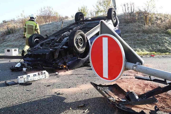 Der Aufprall war so stark, dass der Renault sich überschlug.