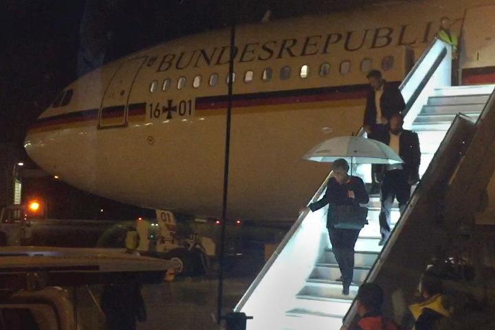Angela Merkel verlässt das Flugzeug.