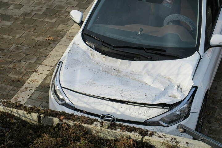 Auf der Motorhaube des Hyundai sind deutlich die Reifenspuren des VW zu erkennen.