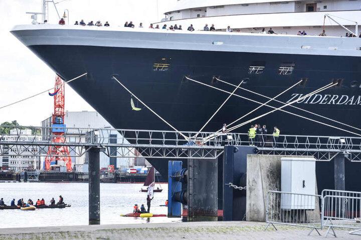 """Aktivisten blockieren das Kreuzfahrtschiff """"Zuiderdam"""" im Kieler Hafen und hindern es am Auslaufen. (Archivbild)"""