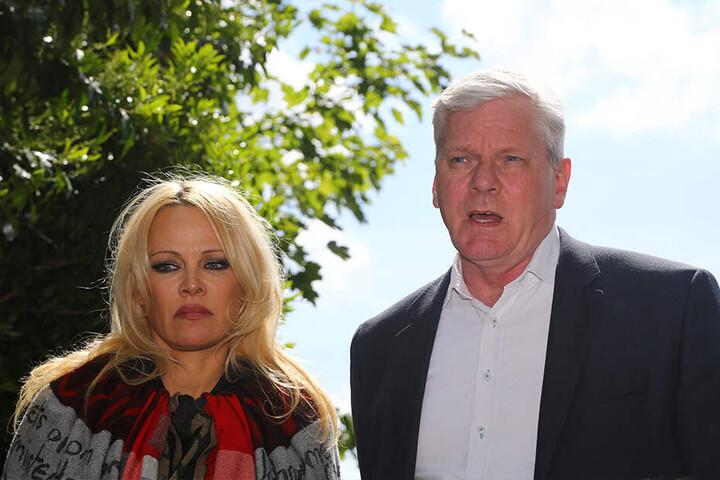 Pamela Anderson und Kristinn Hrafnsson, Journalist für WikiLeaks aus Island, sprechenam 7. Mai mit Journalisten, nachdem sie das Belmarsh-Gefängnis im Osten Londons besucht haben.