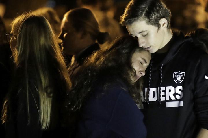 Eine Schülerin der Saugus High School wird von ihrem Freund, Declan Sheridan, einem Schüler der nahegelegenen Valencia High School, während einer Mahnwache im Central Park getröstet.