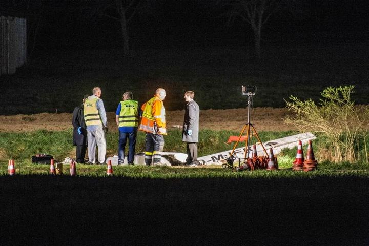 Die Trümmer des Sportflugzeugs wurden zum Untersuchen in eine Halle gebracht. Das andere Flugzeug wurde komplett zerstört.