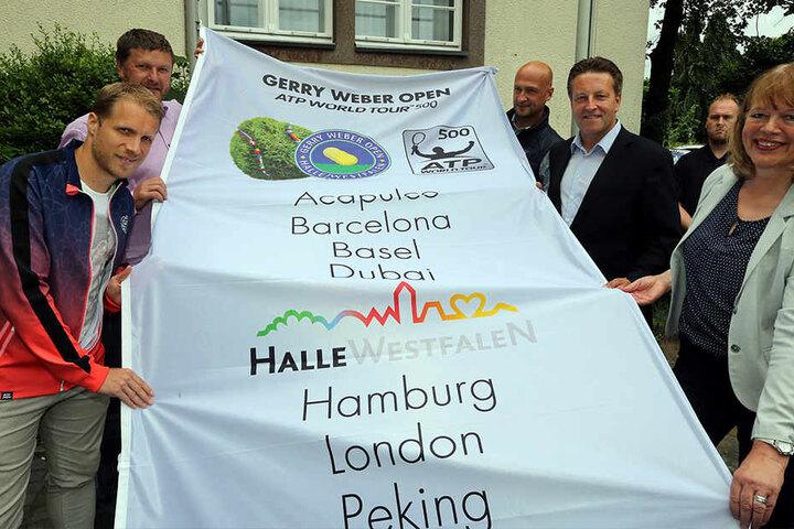 Auf dem Rathaus-Vorplatz wurde die offizielle Fahne für das Turnier gehisst.
