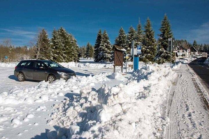 An den Wochenenden drängen sich hier viele Besucherautos, nur öffentliche Toiletten gibt es keine für die Skifahrer.
