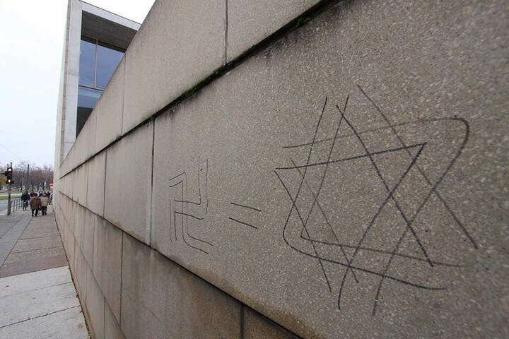 Schmierereien an der Außenmauer der Dresdner Synagoge. Die Zahl antisemitischer Straftaten stieg in Sachsen von 90 im Jahr 2016 auf 118 im vergangenen Jahr an.