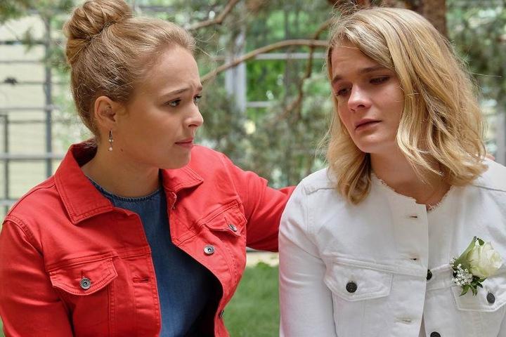 Lisa Schroth, die Tochter des Klinikleiters Dr. Heilmann, und Emma Rücker treffen sich in der Sachsenklinik und erzählen sich von ihren Schicksalen.