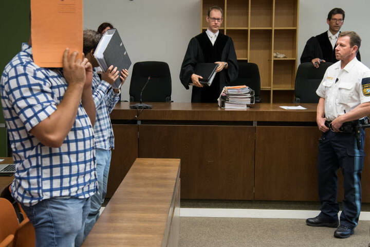 Die Angeklagten müssen sich vor dem Landgericht in München für ihre Taten verantworten.