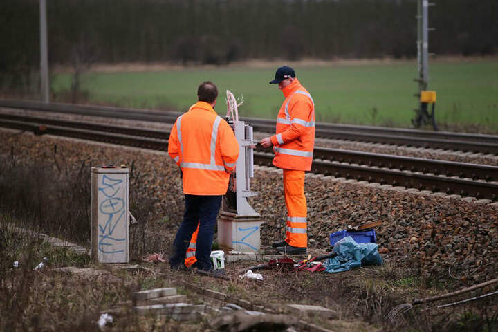 Durch die Beschädigungen an den Leitungen neben den Gleisen fielen die Signalanlagen aus.