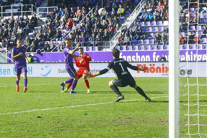 Glück gehört dazu: Dieser Schuss vom Duisburger Cauly Oliveira-Souza segelte am Kasten von FCE-Keeper Martin Männel vorbei.
