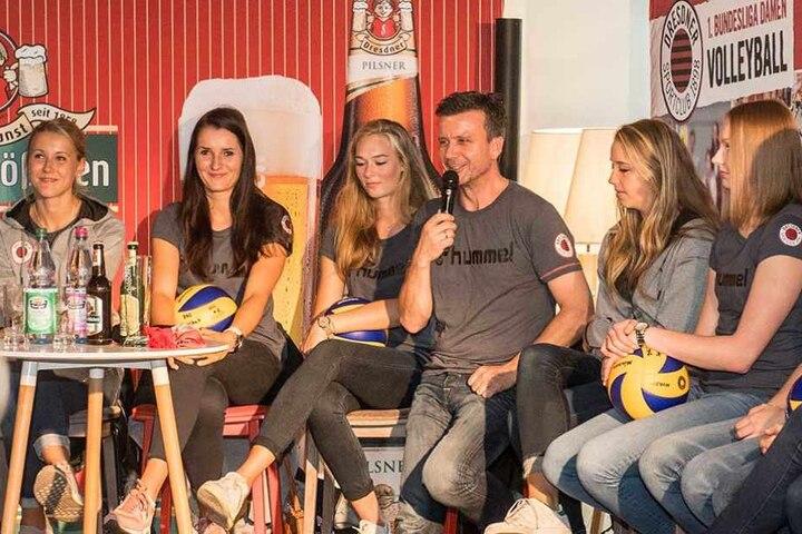 Mit viel Humor präsentierte Chefcoach Alex Waibl (M.) sein Team. Von links sind zu sehen: Mareen Apitz, Eva Hodanova, Dominika Strumilo, Madison Bugg und Piia Korhonen.