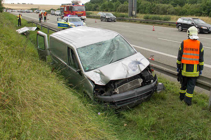 Schwer demoliert kam der VW neben der Leitplanke zum stehen.
