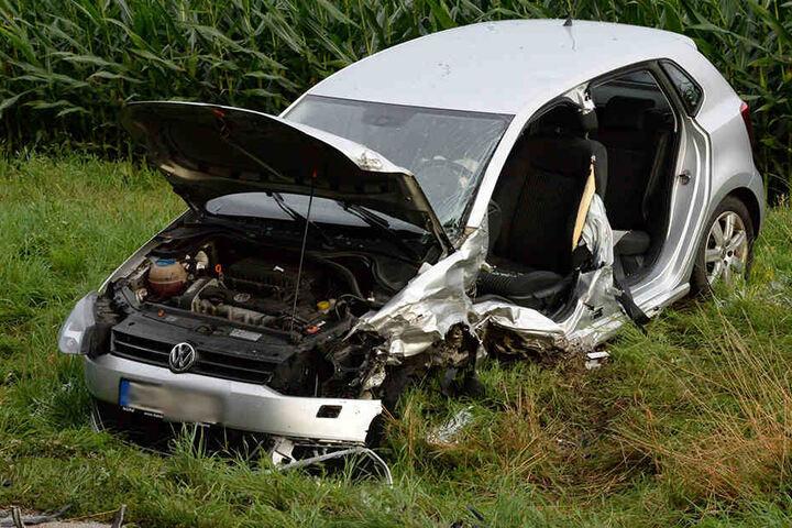 Der Polo wurde von der Straße geschleudert. Der Fahrer musste aus dem Auto gerettet werden.