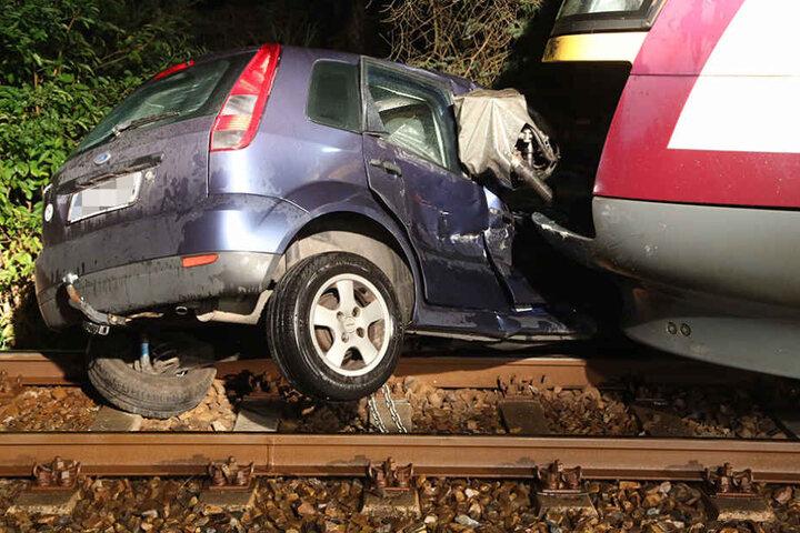 Drei Insassen des Autos sowie der Lokführer wurden verletzt.