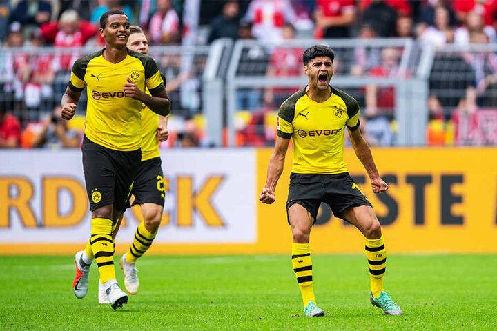 Dortmunds Mahmoud Dahoud (r.) schreit die Freude über seinen ersten Saisontreffer heraus.