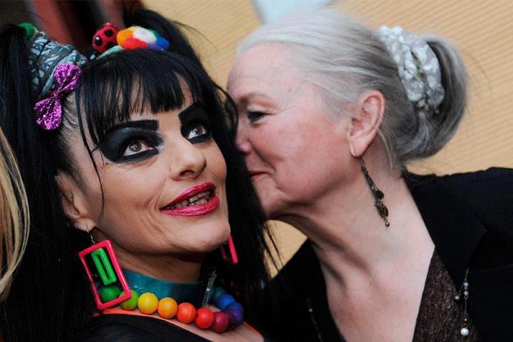 Plausch unter Künstlerinnen: Eva-Maria Hagen (83, r.) flüstert ihrer Tochter Nina (62) was ins Ohr.