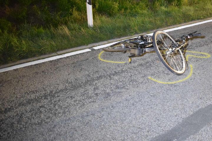 Das Fahrrad liegt auf der Straße.