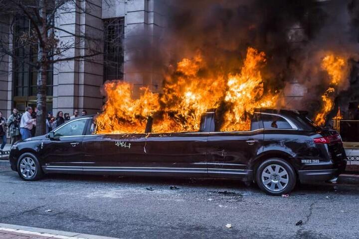 Am Rand der Proteste wurde auch eine Limousine abgefackelt.