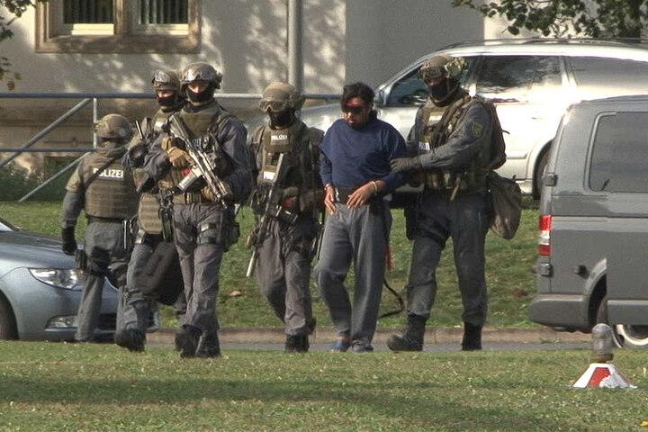 Der an Händen und Füßen gefesselte 33-Jährige wurde von schwer bewaffneten Beamten begleitet.