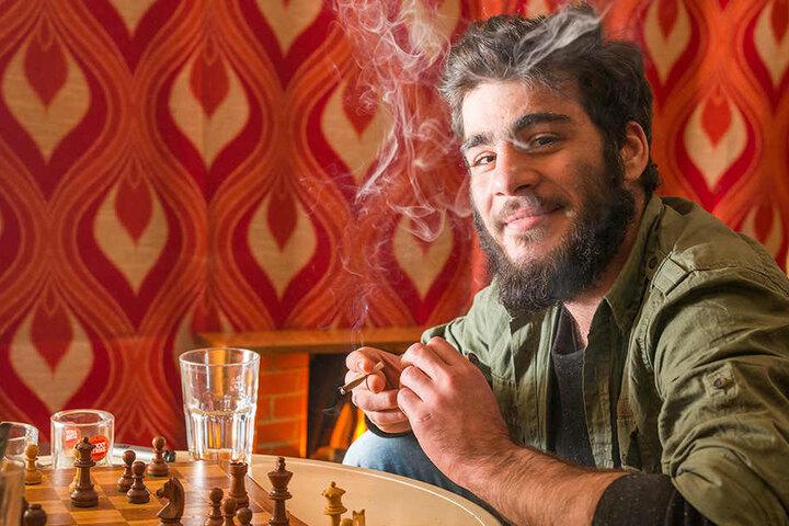 """In der Raucher-Lounge vom """"Combo"""" in der  Dresdner Louisenstraße pafft Oman (21) beim Schach."""