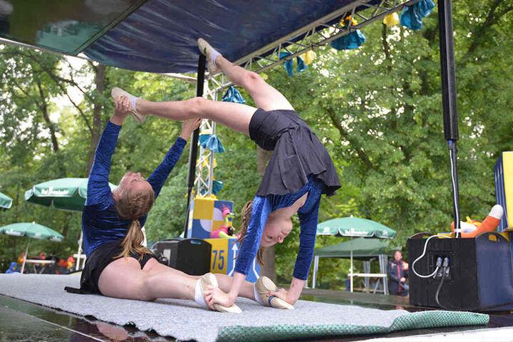 Bühnenprogramm: Die Akrobatinnen Viktoria (17) und Elin (11) vom Sportensemble Chemnitz zeigen, was sie draufhaben.