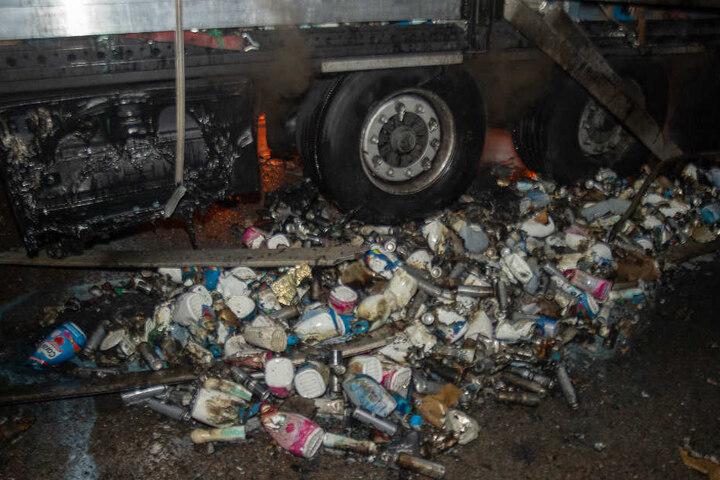 Zahlreiche Dose landeten bei dem Feuer auf der Erde.