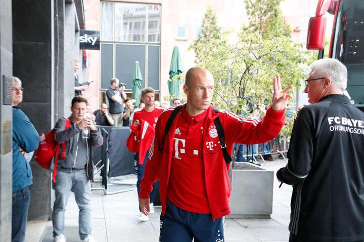 Arjen Robben am Freitagabend bei der Ankunft im Hotel, im Hintergrund Thomas Müller.