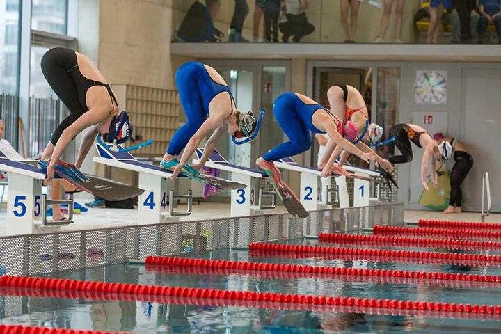 Die Landeswettbewerbe in der Schwimmhalle Freiberger Platz gewann Michèle (2. v.l.) allesamt.