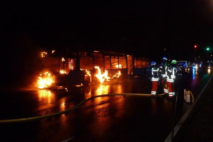Bei Eintreffen von Feuerwehr und Rettungsdienst hatten die Fahrgäste den Bus schon verlassen können.
