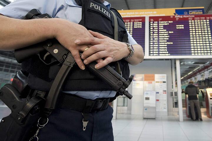 Ein Bundespolizist steht nach einer Terror-Warnung in Deutschland im November mit einer Maschinenpistole bewaffnet im Dresdner Flughafen.