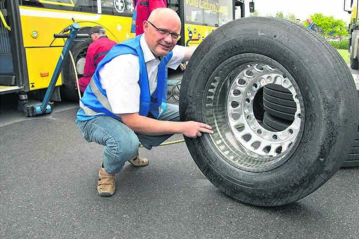 DVB-Bus-Chef Robert Roch (46) zeigt eine 19 Kilogramm leichte Carbonfelge.  Die Stahlvariante wiegt doppelt so viel.