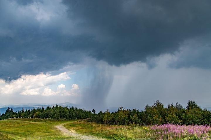 Schön, aber auch bedrohlich: Örtliche Gewitter brachten im Erzgebirge kurzzeitig Abkühlung. Danach bildete sich über den Wäldern Dunst oder Nebel.