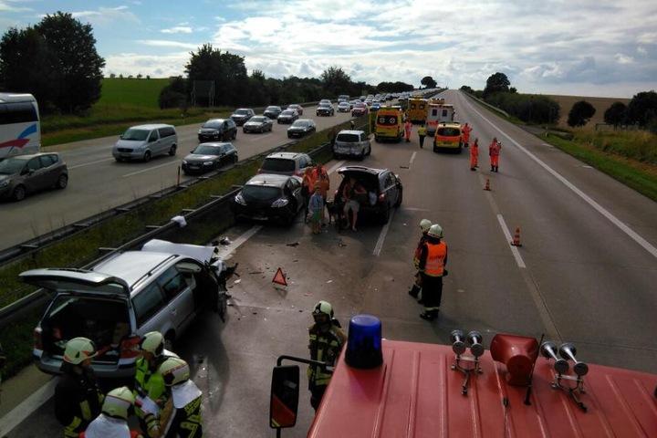 Zahlreiche Rettungswagen sind auf der A4 im Einsatz.